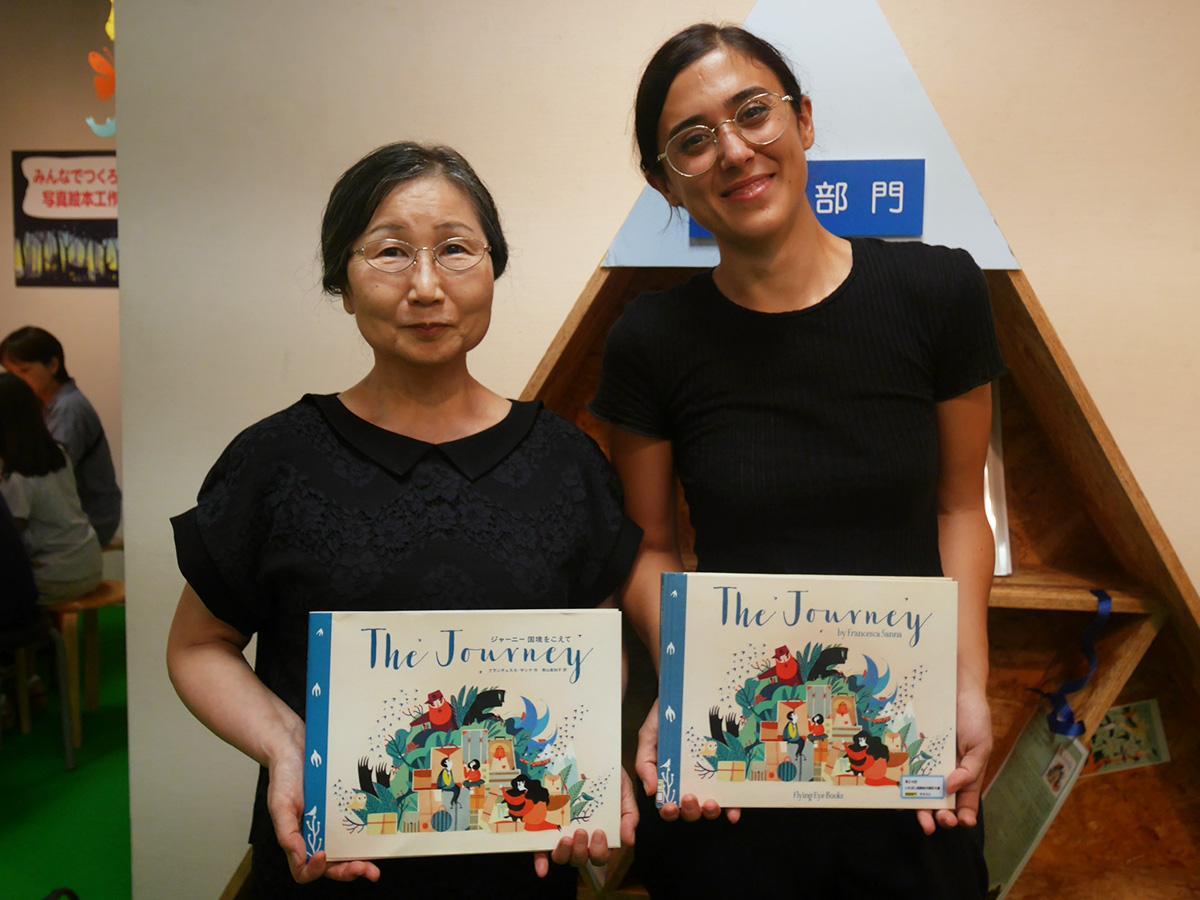 英語部門大賞受賞の青山真知子さん(写真左)と、「ジャーニー 国境を越えて」著者のフランチェスカ・サンナさん
