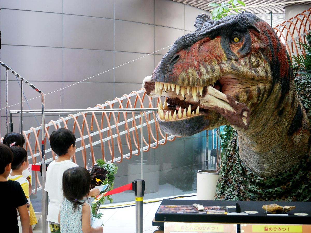 うなり声を上げて動く「ティラノサウルス」頭部