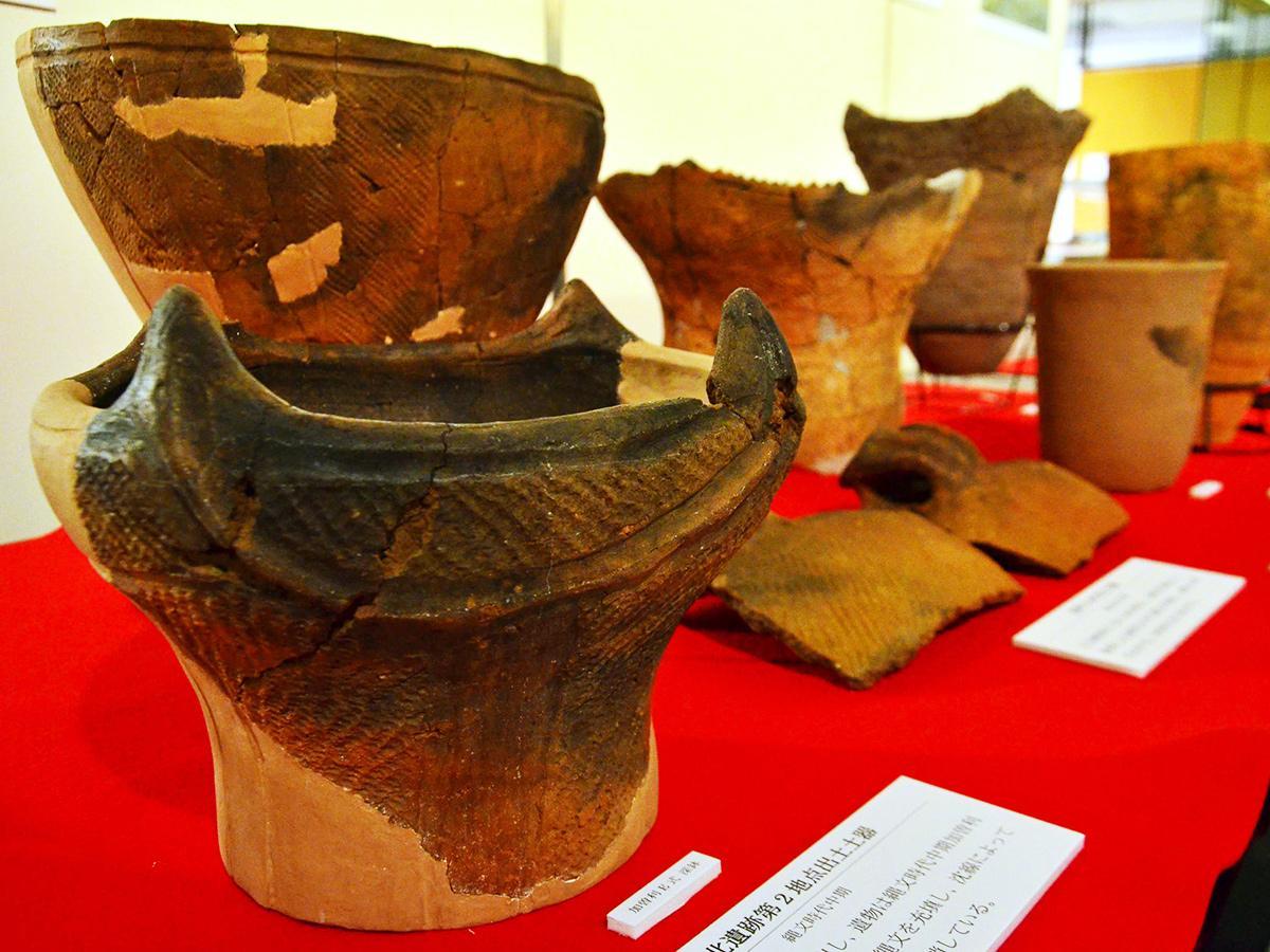 区内の遺跡から出土した土器の展示
