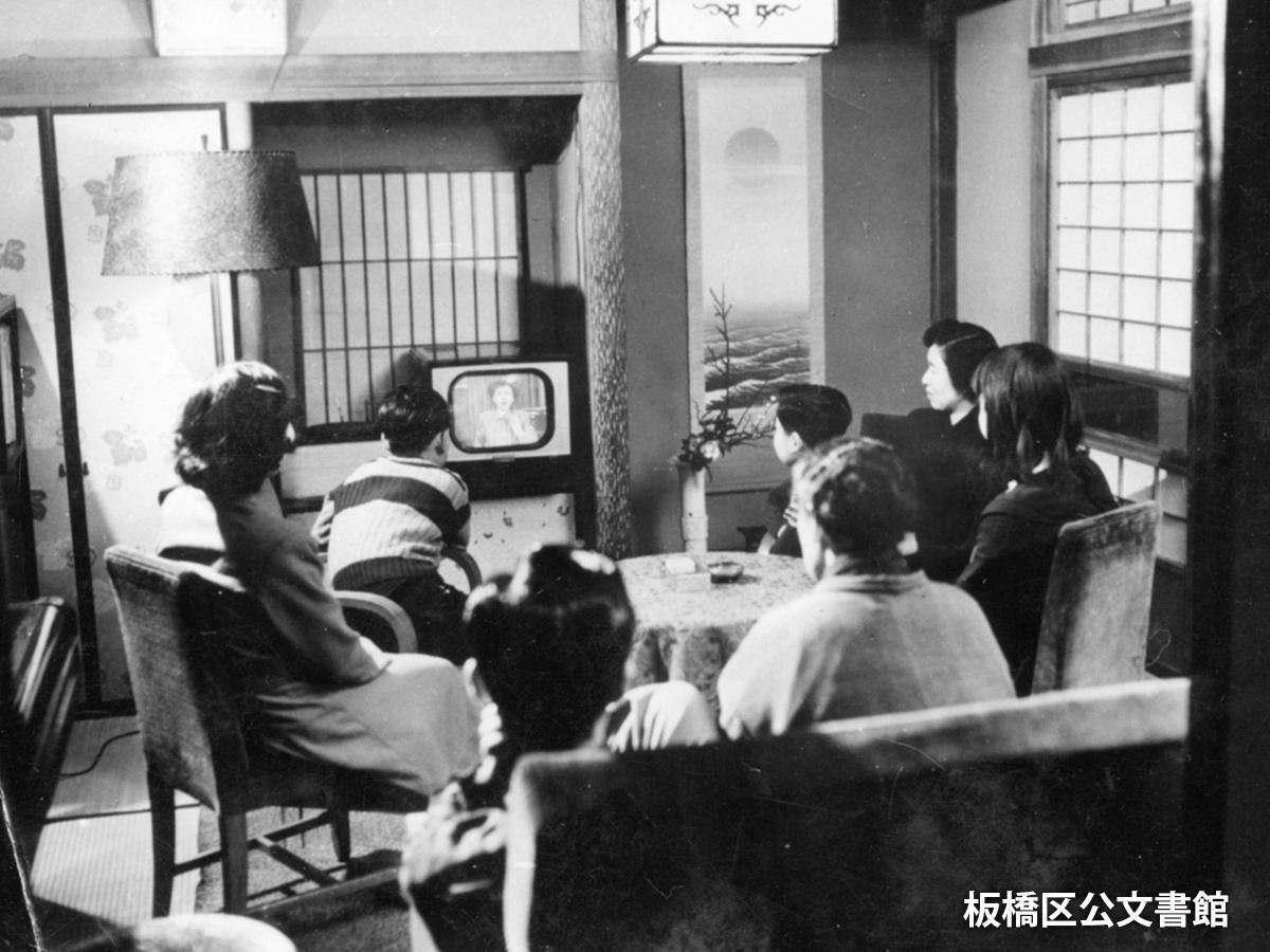 テレビ放送が始まった年代と思われる家族団らん写真