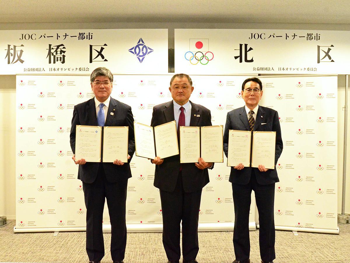 (右から)花川北区長、山下泰裕JOC会長、坂本板橋区長
