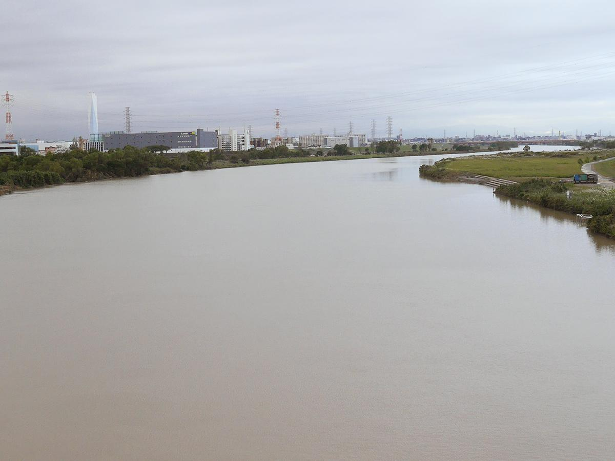 冠水した河川敷の水も引きつつある現在の荒川(戸田橋から笹目橋方向を撮影)