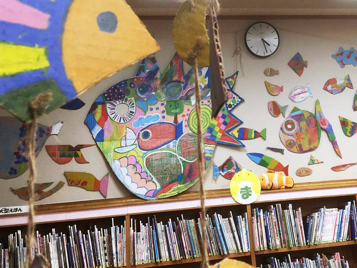 東板橋図書館児童書コーナーでの展示準備の様子