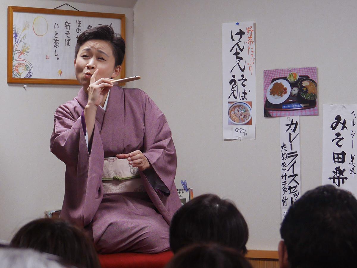 長寿庵店内で落語を披露する柳亭こみちさん