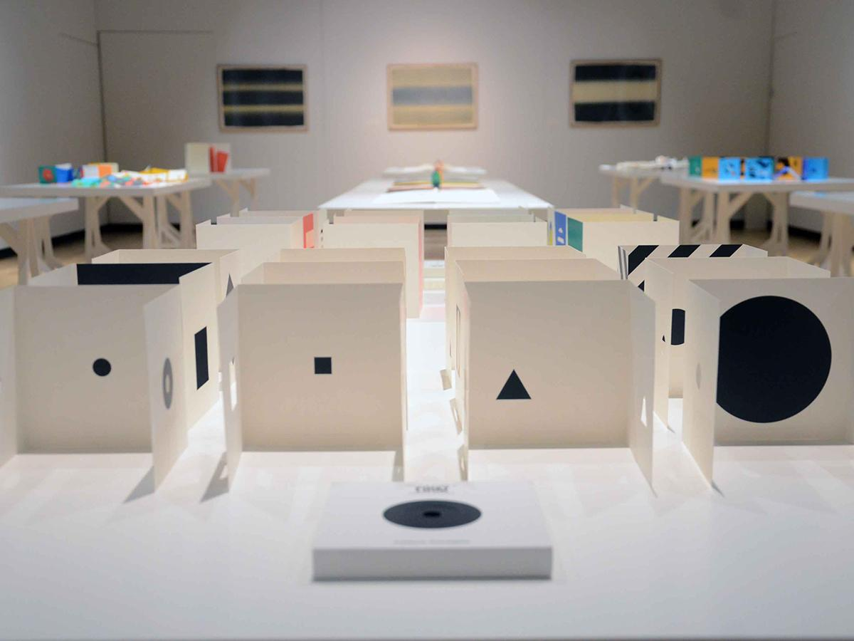 「FIRST LOOK」等の立体作品や、平面作品などが並ぶ