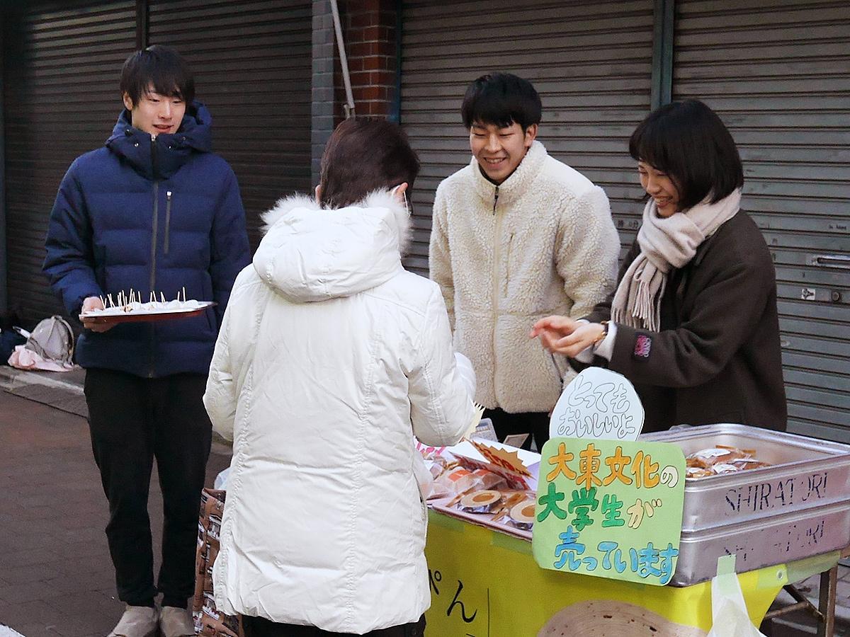 「板橋のいっぴん」の朝市販売を行う大東文化大学のゼミ生たち