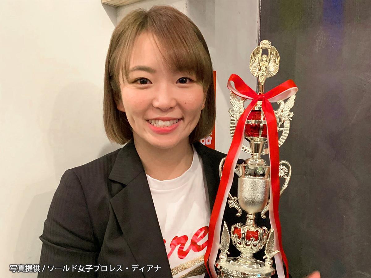 「プロレスグランンプリ」表彰トロフィーを手にするSareee選手