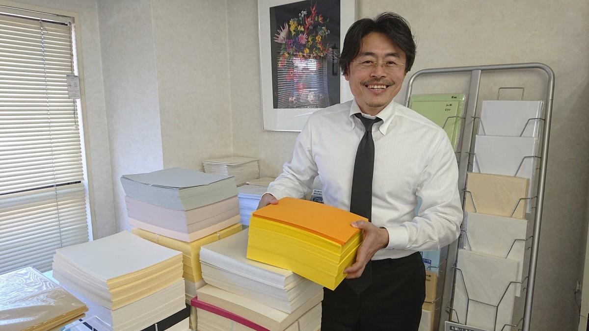 「子どもの工作にも使えるカラフルな厚手の紙もたくさんある」と吉田さん