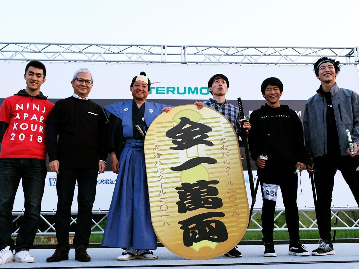 紋付きはかまにちょんまげ姿がトレードマークの武田幸男教授(左から3人目)