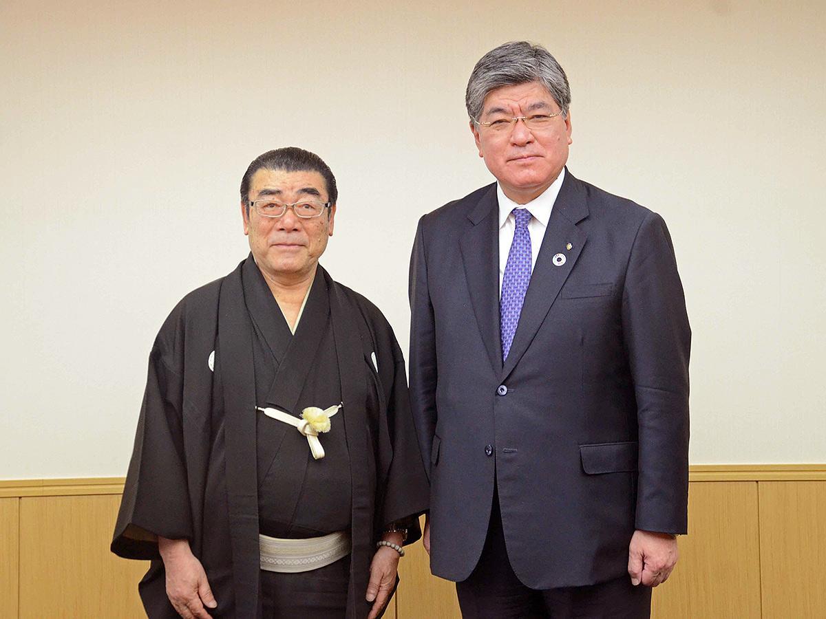 (左から)講談師の神田松鯉さん、坂本健板橋区長