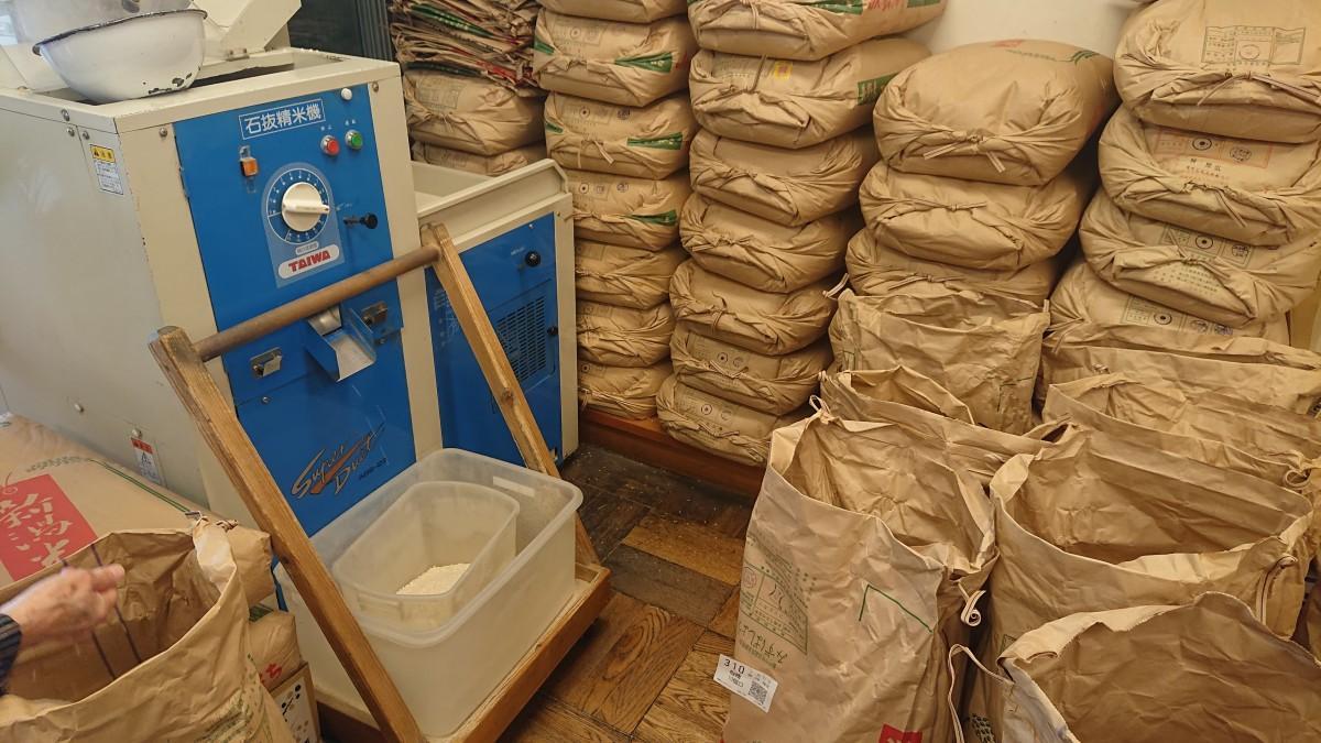 銘柄米など数種類のお米をフル稼働で精米中