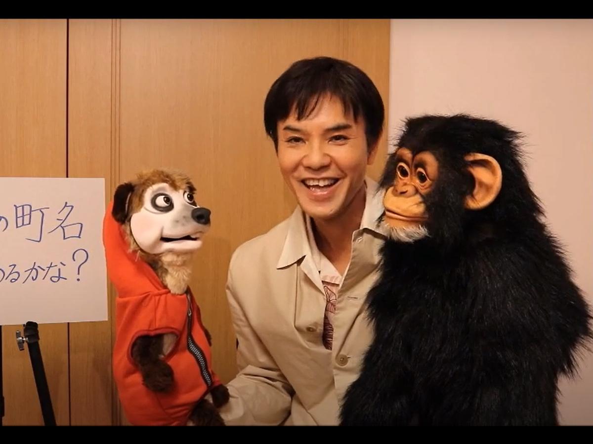 町名クイズで腹話術を披露するいっこく堂さんと、ミハールくん(左)、猿之助くん(右)