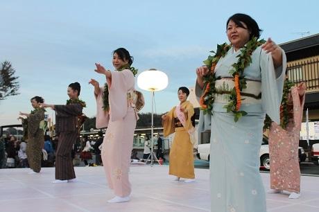 フラダンスを披露する湯本温泉の「フラ女将」たち