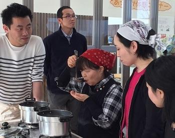 雑煮づくりを楽しむ参加者たち