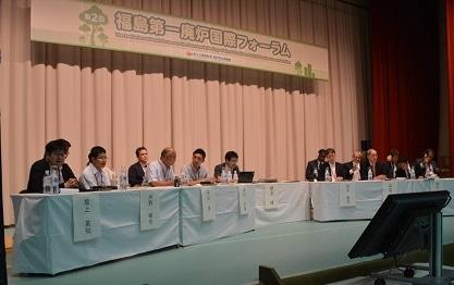 廃炉国際フォーラムで意見を交わす学生ら(写真提供:服部美咲氏)