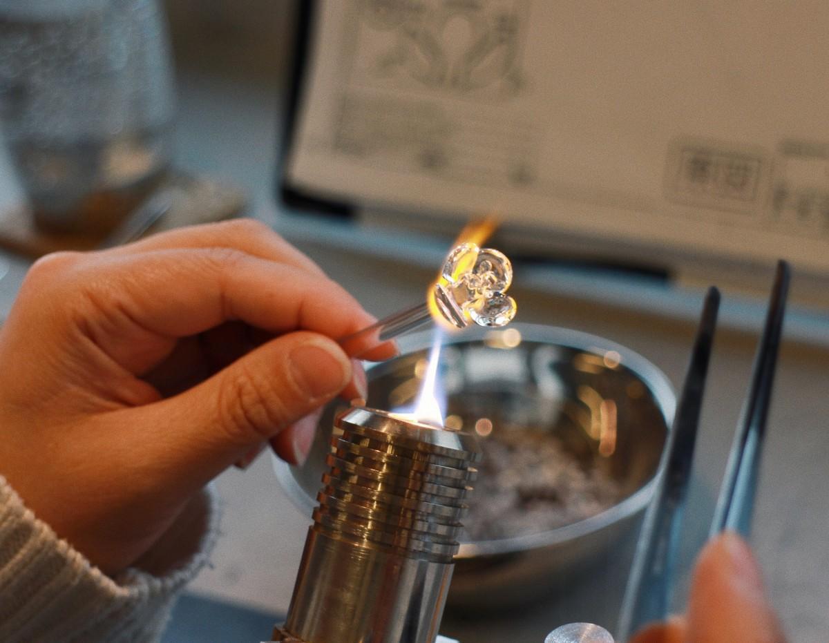 移転した「HARIOランプファクトリー小高」の工房でガラスアクセサリーをつくるランプワーカー
