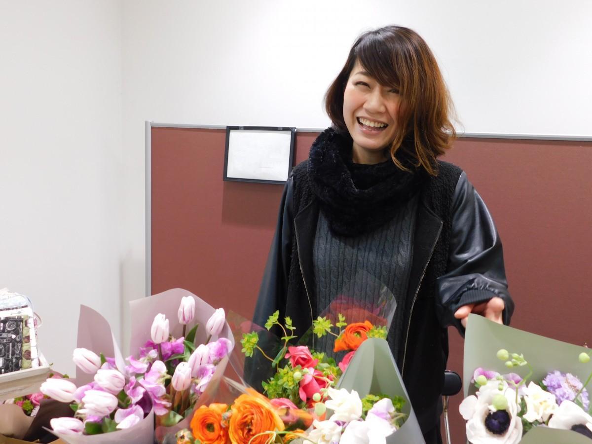 楢葉町「ここなら笑店街」内「ブイチェーンネモト」で販売する福塚さん