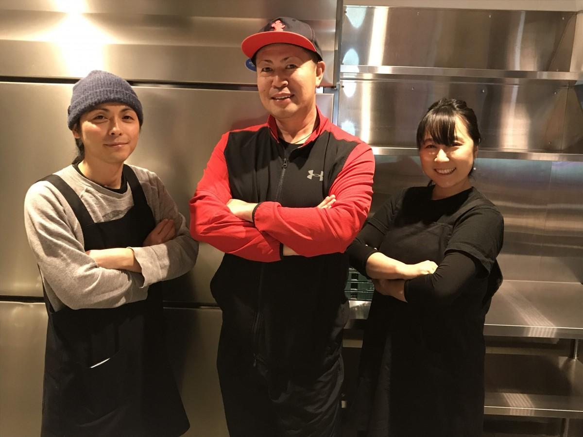 いわき市内で畑が水没した「ファーム白石」の白石長利さん(中央)と、店舗が被災したスパイシーカレー専門店「TEA TO EAT(ティートイート)」の和田夫妻(両端)も元気な笑顔を見せた。