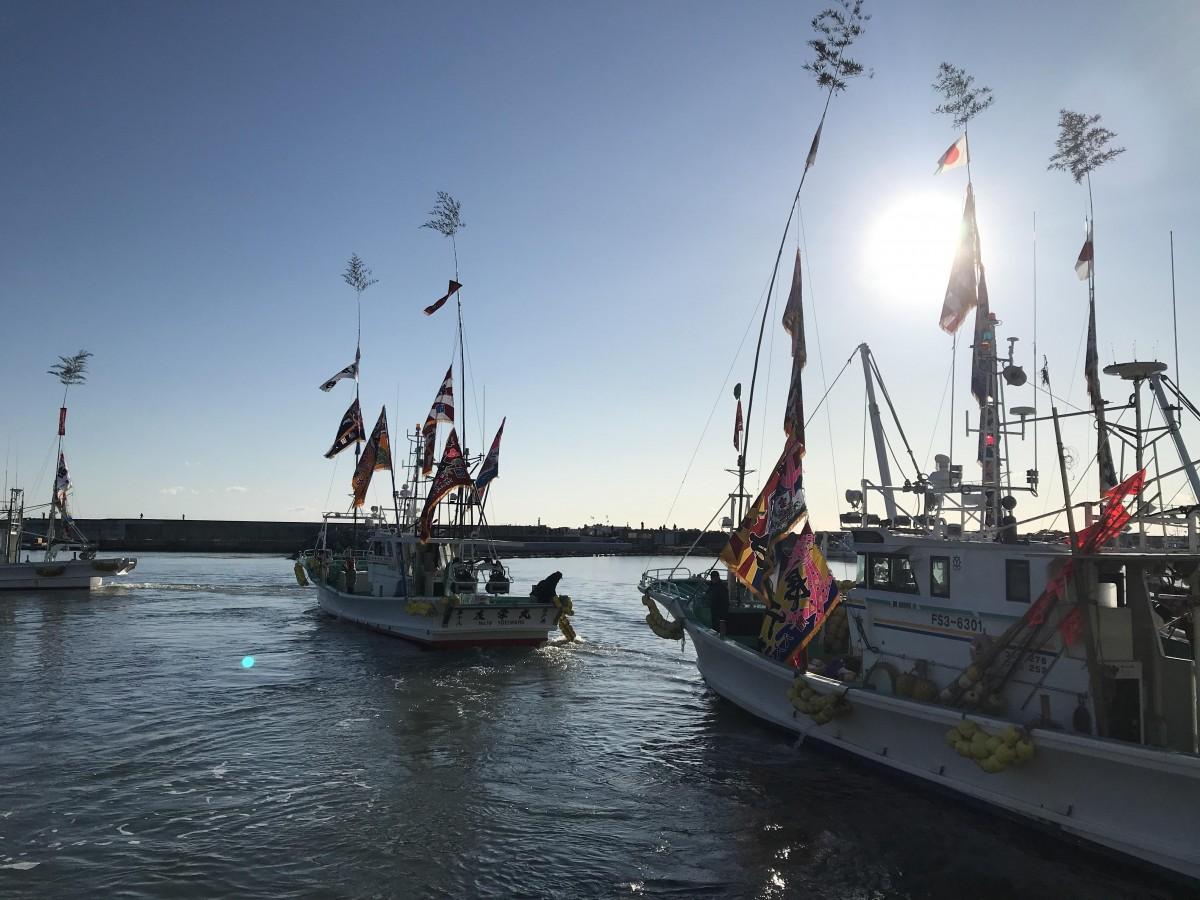 朝日に照らされ、出港する漁船(1月2日撮影)