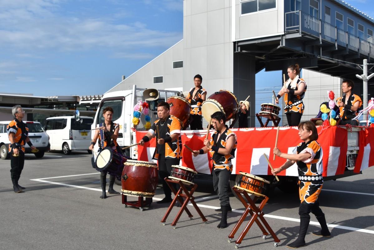 JR常磐線富岡駅で演奏する、小浜風童太鼓のメンバー