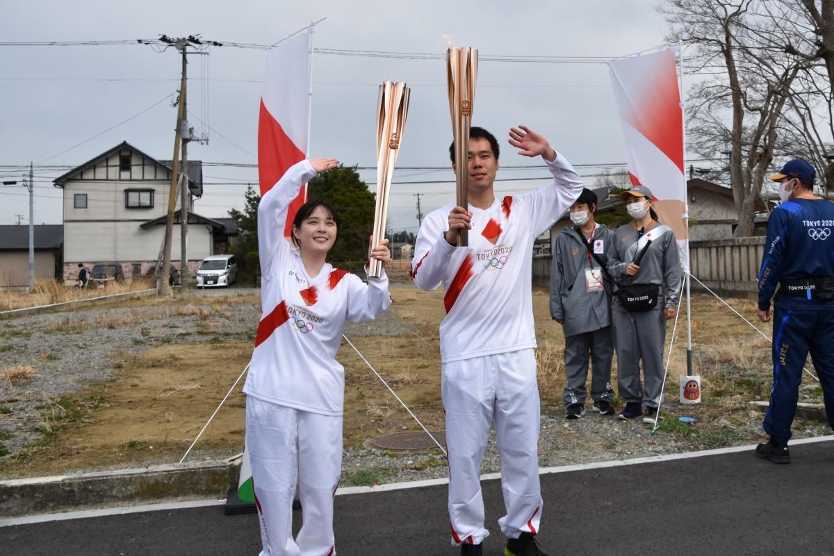 双葉駅前でトーチリレーをした、第一走者、声優・女優の桜庭梨那さんと、第二走者、双葉町役場勤務の井戸川俊さん(ともに、双葉町出身)。