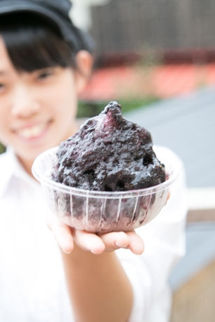 ブラックベリーを使ったかき氷。地元・函南産のブラックベリーを使用している