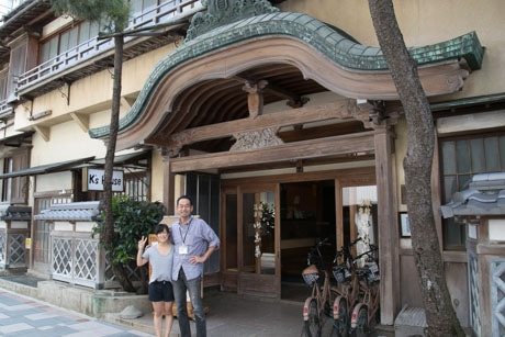 100年以上の歴史を持つ施設を前に立つ、岡部さんと茜さん