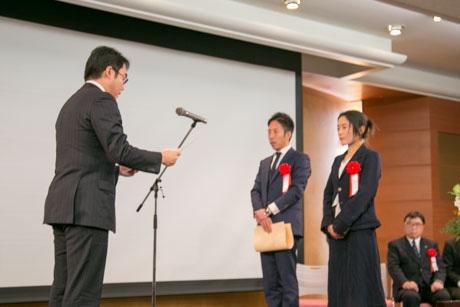 受賞を受ける河田専務と相澤代表