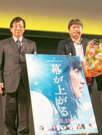 トークショーで挨拶する川勝知事と本広監督