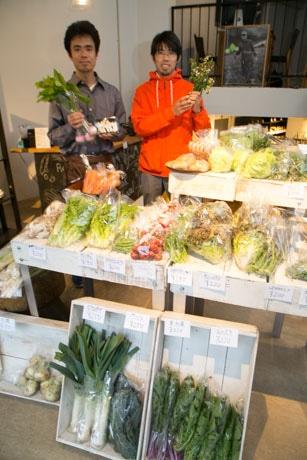 店舗に並ぶ野菜と小松さんたち