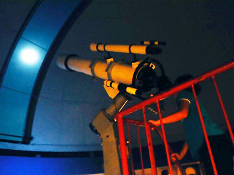 鑑賞後に実際の星を観察する子どもたち