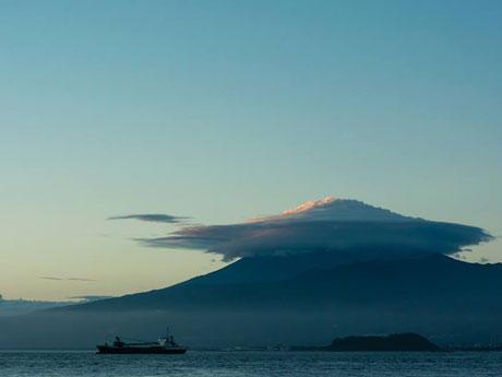 台風一過後、「笠雲」をまとった富士山(加々見一樹さん提供)