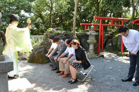 神社で「岩」掛けを行う市民たち