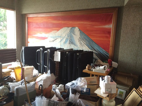 発掘された商品たち。食器や冷蔵庫、巨大な赤富士の絵画も出品される