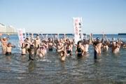 熱海サンビーチで寒中水泳大会 新成人3人が熱海の海で成人の誓い