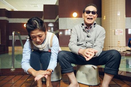 せっけんを使って実験するタモリさん(提供=NHK)