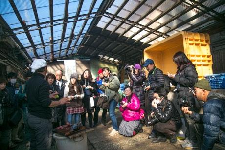 潮かつおの製作課程を取材する参加者たち