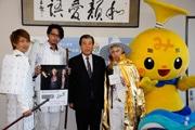 三島のヒップホップユニット、市長にセカンドアルバム発売報告 白い鎧姿で登場