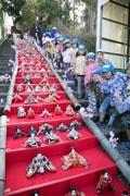 伊東の佛現寺で日本一の118段のひな壇 伊豆で「ひな壇戦争」ぼっ発か?