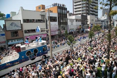 パレードには約6万人が集まった