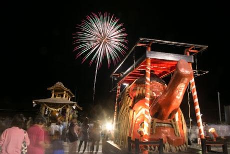 祭り終盤に打ち上げられた花火と面台車。奥にあるのは4メートルの「ご神木」