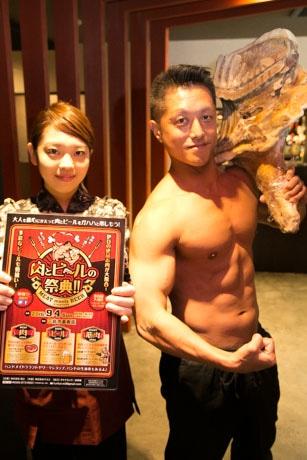 肉を持つ筋肉質の徳丸さん(右)
