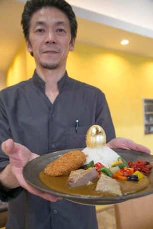 三島に金ぱく1枚の「金の玉子」カレー プレミアムフライデーにちなみ
