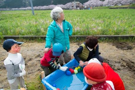 かかしの子どもらと、花子の帰りを待つ稲田会長と岩谷部長
