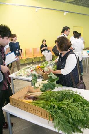 イタリア産野菜の魅力について意見交換するスタッフたち