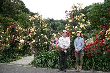 バラに囲まれるスタッフたち(左が川上さん)