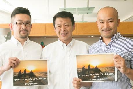 市長の表敬訪問を行った、渡辺さん(左)と武智さん(右)と、小野伊東市長(中央)