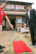 伊豆・土肥地区で日本一「長い」映画祭 1メートルのレッドカーペットで初日迎える