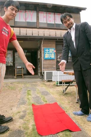長さ108センチのレッドカーペットで出迎える瀬戸さん