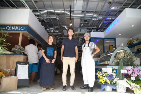 2店舗のオーナー(左が加藤さん・右が大田さん)と、家主の市来さん(中央)